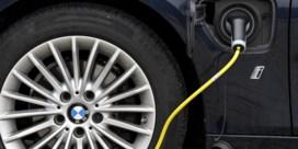 Bedrijfswagens rijden in voorhoede vanelektrificatie