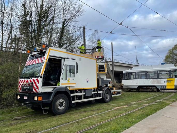 Tram volledig ontspoord in Deurne: gespecialiseerde kraanfirma ter plaatse