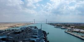 Laatste schepen die vast zaten in file varen door Suezkanaal