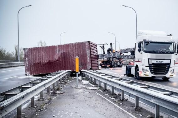 Dode en zwaargewonde bij ongeval met vijf voertuigen op spekgladde oprit E19 in Mechelen