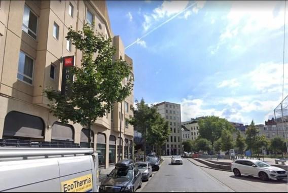 Jongeman maakt fatale val uit raam bij politiecontrole lockdownfeestje in hotel