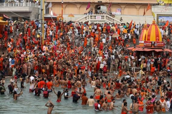 Ondanks recordaantal besmettingen duiken hindoes Ganges in