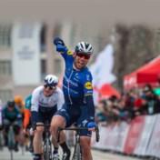 Hattrick voor Mark Cavendish, wint ook vierde etappe Ronde van Turkije in tumultueuze massaspurt