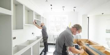Niet op vakantie? Dan maar een nieuwe keuken: Belg slaat aan het renoveren