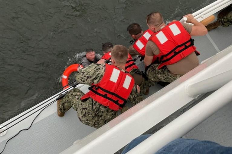 Um morto e 12 desaparecidos depois que o navio naufragou ao largo da Louisiana