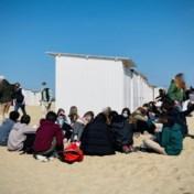 Honderden jongeren feesten erop los op strand van Knokke
