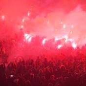 Nederlandse voetbalsupporters negeren avondklok en steken vuurwerk af: 'Ga naar huis'