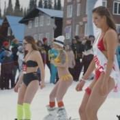 Honderden skiërs in zwemkledij de berg af in Rusland