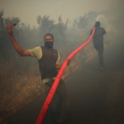 Rukwinden doen vuur oplaaien: hemel boven Kaapstad kleurt oranje