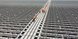 Drone vliegt over grootste drijvende zonnepanelenveld ter wereld