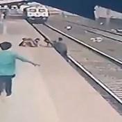 Man waagt eigen leven om kind op treinspoor te redden
