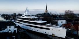 Superjacht van 93 meter lang wringt zich door Nederlandse kanalen