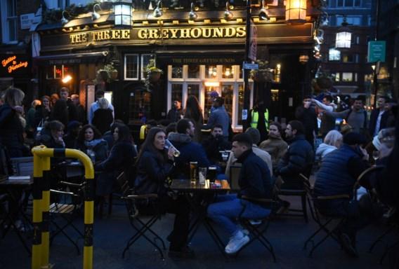 Britse terrassen zitten vol, maar bier op rantsoen