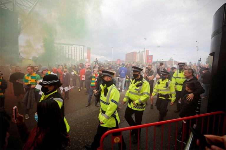 Politie start onderzoek naar 'roekeloos en gevaarlijk' supportersprotest in Manchester: agent 'met fles' aangevallen
