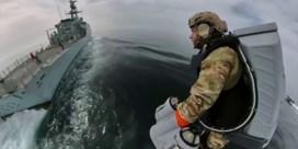 Britse mariniers enteren schip al vliegend met jetpacks