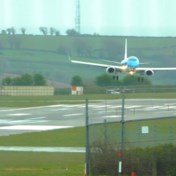 Rukwinden slingeren vliegtuig tijdens landing heen en weer