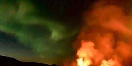 Noorderlicht danst boven uitbarstende vulkaan