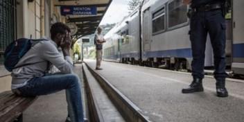 Jonge migranten speelbal Franse grenspolitie
