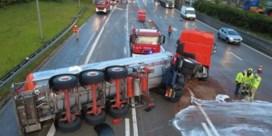 Gekantelde tankwagen met warme chocolade getakeld op Antwerpse ring