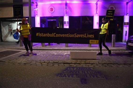 Amnesty kleurt Turkse ambassade paars uit protest tegen terugtrekking Istanbul-conventie