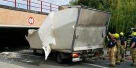 Bestelwagen zwaar beschadigd na mislukte poging om onder brug te rijden in Temse