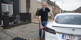 Bruggeling mag voortaan elektrische wagen opladen op straat