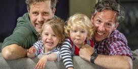 Gemeente erkent homokoppel niet als vaders, maar vraagt hen wel voor inhuldiging 'gaybrapad': 'Stuitend hypocriet'