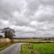 Zwaarbewolkt met regen gevolgd door opklaringen en buien