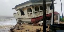 Indiase huizen storten in zee door cycloon Tauktae