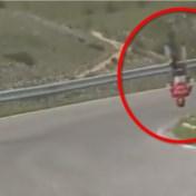 Spectaculaire val in Giro: Mohoric over de kop, fiets breekt in twee