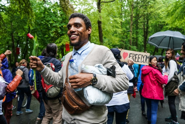 Politie laat feestende demonstranten begaan in Ter Kamerenbos