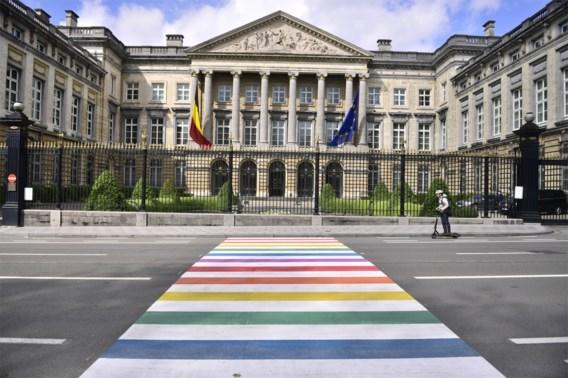 Parlementsleden en levensbeschouwingen veroordelen discriminatie van holebi's en transgenders
