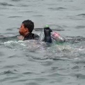 Emotionele knuffel, redding baby en zwemvest van plastic flessen: beelden Ceuta gaan wereld rond