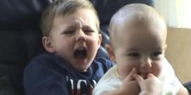 Baby bijt broer, enlevert 620.000 euro op