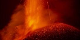 Vulkaan die nooit slaapt, licht de nacht op