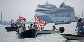 Tientallen bootjes confronteren eerste cruiseschip in Venetië sinds uitbraak coronavirus