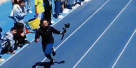 Cameraman gaat met pluimen lopen tijdens sprintwedstrijd