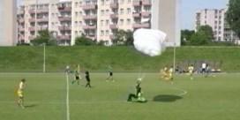 Parachutist maakt noodlanding op voetbalveld en krijgt gele kaart