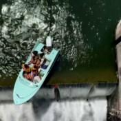 Vier vrouwen in plezierbootje balanceren gevaarlijk op rand van dam