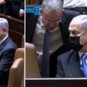 Netanyahu vergeet even dat hij geen premier meer is en gaat op verkeerde stoel zitten