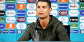 Ronaldo haalt ostentatief flesjes cola uit beeld: 'Dat gaan ze bij Coca-Cola niet erg vinden'