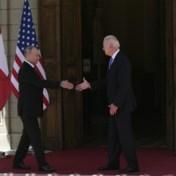 Biden en Poetin schudden elkaar de hand op gespannen ontmoeting
