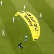 Parachutist crasht ei zo na in publiek vlak voor aftrap Frankrijk-Duitsland