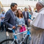 Girowinnaar Bernal schenkt roze trui en fiets aan paus