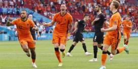 Nederland plaatst zich dankzij een 2-0 zege tegen Oostenrijk voor de tweede ronde