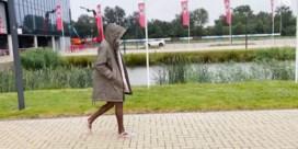 Lamkel Zé doet niet mee aan testen en wandelt weg op strandslippers