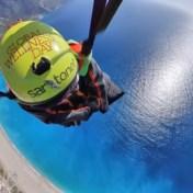 Turkse 'batman' vliegt elke dag naar huis in wingsuit