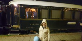 Fans van de Orient Express wachten urenlang in station Essen om beroemde trein te zien