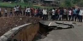 Indiase man filmt hoe brug voor zijn voeten wegzakt