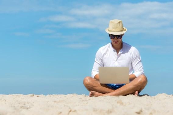 Eén op twee Belgen werkt nooit op vakantie